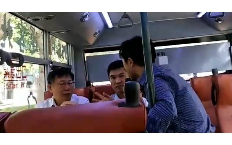 又被堵!柯文哲搭公車被「台灣國」主任攔截瘋狂逼問 忍不住翻臉回嗆:「甘我屁事?」