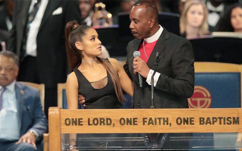 亞莉安娜在告別會上獻唱「疑被牧師騷擾」 粉絲看到她求助神情全都爆氣了!