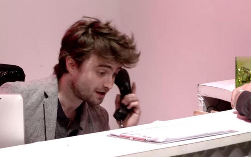 《哈利波特》丹尼爾「當1小時的櫃台接待人員」本來信心滿滿,但各種意外狀況讓他忍不住尷尬求饒!