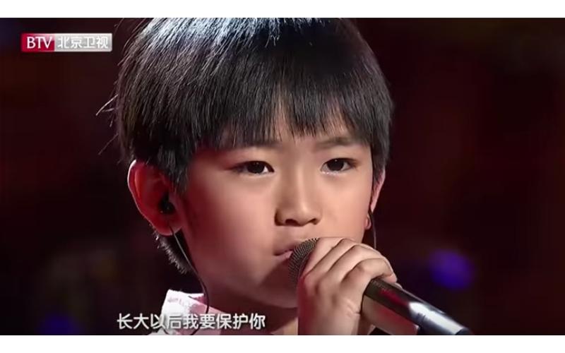 小男孩一首《魯冰花》唱哭全場!每年「3個節日」捧玫瑰送母親:媽媽我保護您