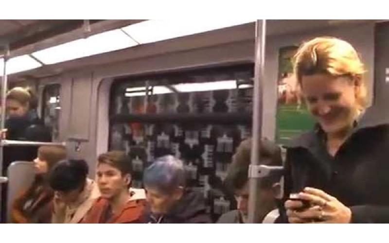 女子在地鐵上突然發出「魔性笑聲」 笑著笑著...整個車廂「都失控了」