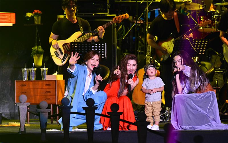 SHE17周年演唱會出現大嘉賓:Ella兒勁寶突登台搶Hebe麥奪飯碗,加碼送小奶音飛吻喊嗯嘛!