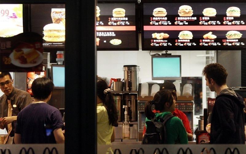 麥當勞菜單字太小人幾乎都快趴到櫃檯了,原來在價目表上動手腳是另有陰謀論?!