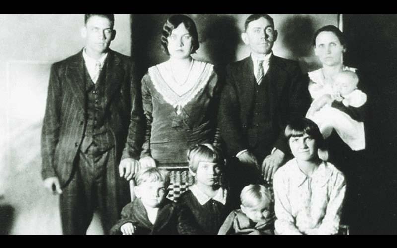 比鬼片還可怕!這家人才剛拍全家福,沒想到就成了遺照!而且兇手就在照片中!
