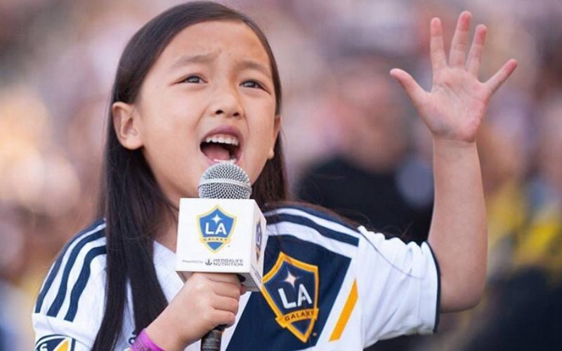 7歲亞裔女孩獻唱美國國歌「鐵肺般歌聲」征服全場掌聲如雷!球星大讚:今場MVP