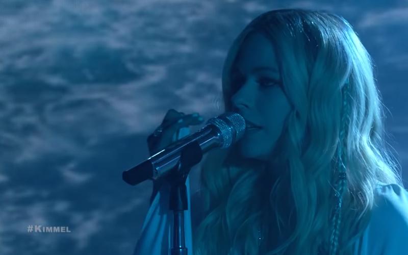 艾薇兒34歲生日「公開新曲MV」!節目中復出首演唱「身穿絕美白紗」美哭粉絲:現場更好聽